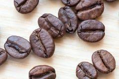 Kawowe fasole na białym drewnianym tle Zdjęcie Royalty Free