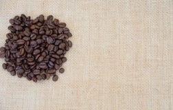 Kawowe fasole na brown naturalnym tle Obraz Stock