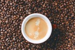 Kawowe fasole na czarnym tle surowa fasoli kawa Groszkowaty produkt Obraz Stock