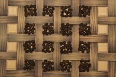Kawowe fasole na drewnianej desce Zdjęcie Royalty Free