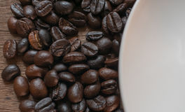 Kawowe fasole na drewnianym stołowym tle Obraz Stock