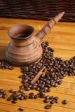 Kawowe fasole na drewnianym stole Zdjęcia Stock