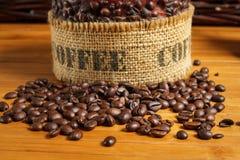 Kawowe fasole na drewnianym stole Zdjęcia Royalty Free