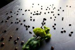 Kawowe fasole na drewnianym stole z Zdjęcia Stock