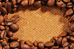 Kawowe fasole na drewno textured tle Fotografia Royalty Free