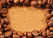 Kawowe fasole na drewno textured tle Fotografia Stock