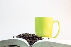 Kawowe fasole na gęstej książce z szkłem zielona kawa Fotografia Stock