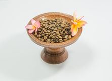 Kawowe fasole na rocznik drewnianej tacy zdjęcie stock