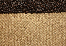 Kawowe fasole na torbach na tle Obrazy Royalty Free