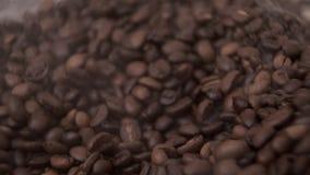 Kawowe fasole nalewa z góry zestrzelają w stos fragrant adra kłama mgiełkę zbiory