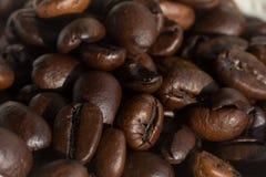 Kawowe fasole pod silnym kierunkowym światłem zdjęcia royalty free