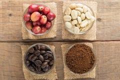 Kawowe fasole przygotowywają produkt na drewno stole Zdjęcia Stock
