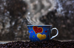Kawowe fasole spada w białej filiżance Obrazy Stock