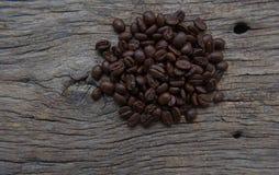 Kawowe fasole spada w białej filiżance Zdjęcie Stock