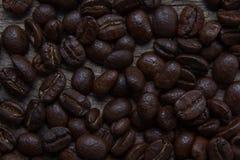 Kawowe fasole spada w białej filiżance Fotografia Royalty Free
