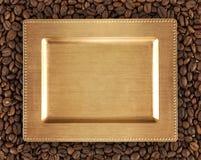 Kawowe fasole tekstury i złoto taca Zdjęcie Royalty Free