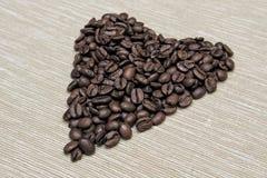 Kawowe fasole układać w kierowym kształcie Obrazy Royalty Free
