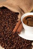 Kawowe fasole w burlap filiżance kawy i worku Zdjęcie Royalty Free