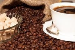 Kawowe fasole w burlap filiżance kawy i worku Zdjęcia Stock