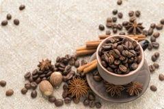Kawowe fasole w ceramicznej filiżance Zdjęcie Royalty Free