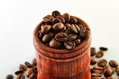 Kawowe fasole w drewnianej baryłce odizolowywającej na bielu zdjęcie stock