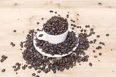 Kawowe fasole w filiżance Zdjęcie Royalty Free
