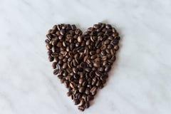 Kawowe fasole w formie serca na białym tle Zdjęcia Stock