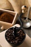 Kawowe fasole w kawowej fasoli ostrzarzu z zmielonym kawa proszkiem Obrazy Royalty Free