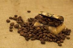 Kawowe fasole w małej skarb klatce piersiowej Fotografia Royalty Free