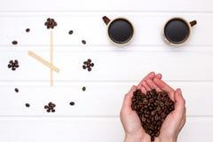Kawowe fasole w rękach Fotografia Stock
