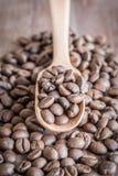Kawowe fasole w starej drewnianej miarce zdjęcie stock