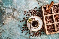 Kawowe fasole w starym drewnianym pudełku Zdjęcie Royalty Free
