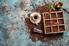 Kawowe fasole w starym drewnianym pudełku Obraz Stock