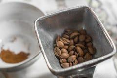 Kawowe fasole w starym kawowym ostrzarzu Zdjęcia Royalty Free