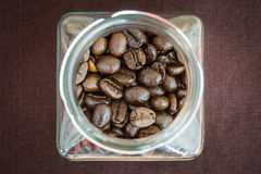 Kawowe fasole w szklanej butelce fotografia stock