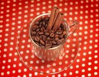 Kawowe fasole w szklanej filiżance z cynamonem Obrazy Royalty Free