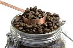 Kawowe fasole w szklanym słoju Obrazy Royalty Free