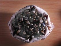 Kawowe fasole w torbie Zdjęcia Stock