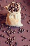 Kawowe fasole w torbie Zdjęcie Royalty Free