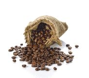 Kawowe fasole w torbie odizolowywającej na białym tle Zdjęcie Royalty Free