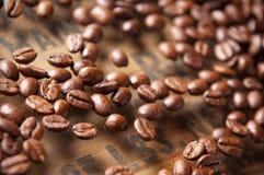 Kawowe fasole w zrelaksowanej atmosferze, grżą kolory i miękką ostrość obraz stock