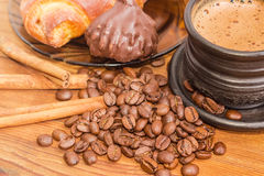 Kawowe fasole, warząca kawa, cynamonowi kije, czekoladowa trufla Zdjęcia Stock
