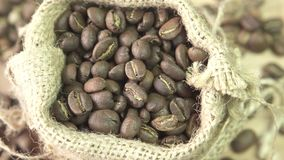 Kawowe fasole wiruje w burlap, zamykają up zbiory wideo