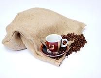 Kawowe fasole z Brezentową torbą i filiżanką Obrazy Stock