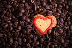 Kawowe fasole z ciastkiem dla tła stonowany Zdjęcia Stock