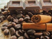 Kawowe fasole z czekoladą i cynamonem obrazy royalty free