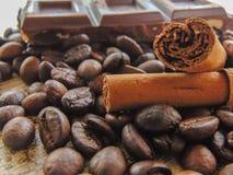 Kawowe fasole z czekoladą i cynamonem obraz stock