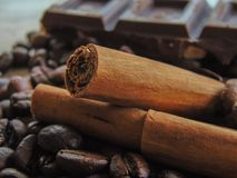 Kawowe fasole z czekoladą i cynamonem obraz royalty free