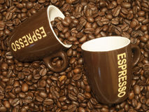 Kawowe fasole z dwa kaw espresso filiżankami Obrazy Stock