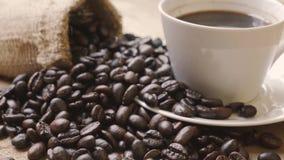 Kawowe fasole z filiżanki i burlap torbą zbiory